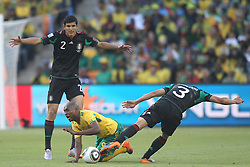 11.06.2010, Soccer City Stadium, Johannesburg, RSA, FIFA WM 2010, Südafrika (RSA) vs Mexico (MEX), im Bild Katlego Mphela of South Africa tangles with Francisco J. Rodriguez of Mexico & Carlos Salcido of Mexico, EXPA Pictures © 2010, PhotoCredit: EXPA/ IPS/ Mark Atkins