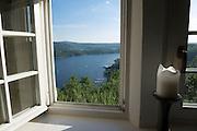 Blick durch Fenster von Schloss Waldeck auf Edersee, Nordhessen, Hessen, Deutschland | view through window of castle Waldeck on Lake Eder, Hesse, Germany