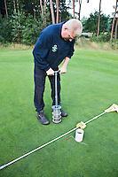 LOCHEM - Greenkeeper  . Het steken van een hole.   Lochemse Golf- & Countryclub 'De Graafschap. COPYRIGHT KOEN SUYK