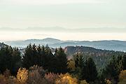 Blick über Berge auf die Alpen im Hintergrund, Klingenbrunn, Bayerischer Wald, Bayern, Deutschland | view across hill, Alps in background, Klingenbrunn, Bavarian Forest, Bavaria, Germany