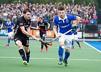 UTRECHT - Lars Balk (Kampong) met Fergus Kavanagh (A'dam)   tijdens de finale van de play-offs om de landtitel tussen de heren van Kampong en Amsterdam (1-2).  COPYRIGHT KOEN SUYK