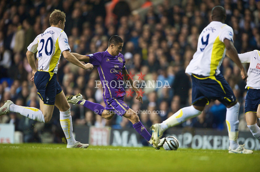 LONDON, ENGLAND - Tuesday, October 27, 2009: Everton's Tim Cahill in action against Tottenham Hotspur during the League Cup 4th Round match at White Hart Lane. (Photo by David Rawcliffe/Propaganda)