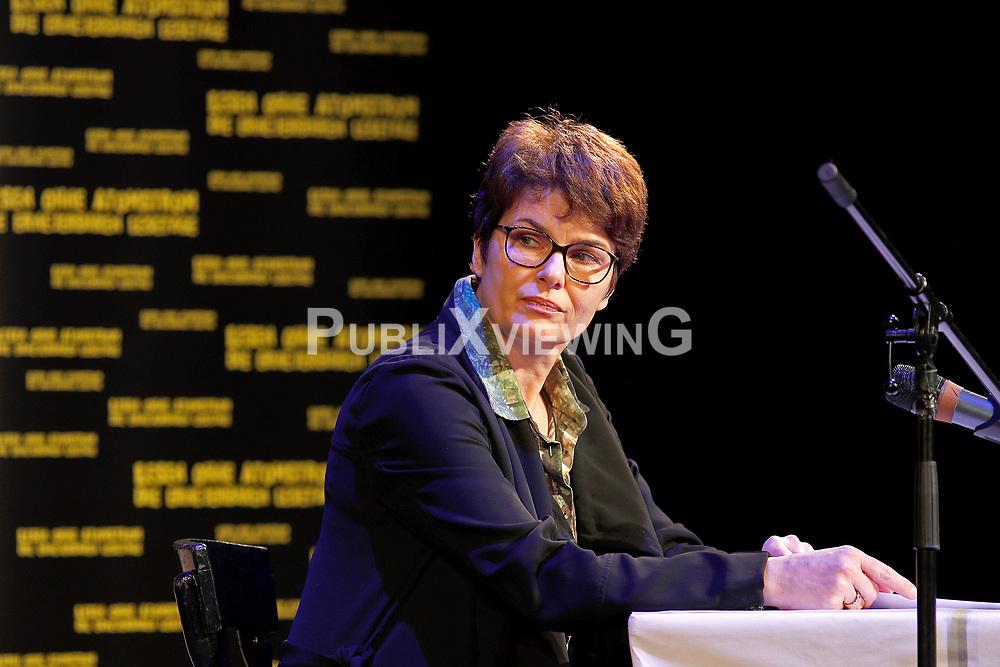 Barbara Auer ber&uuml;hrte mit ihrer Darbietung von Swetlana Alexijewitschs Buch &quot;Chronik der Zukunft&quot; im Theater L&uuml;beck nachhaltig. Die Literaturnobelpreistr&auml;gerin motivierte im Gespr&auml;ch mit ZEIT-Reporter Christof Siemes zum Dagegenhalten: &quot;Wir werden nicht verzeifeln &ndash; auch nicht wegen Trump, Putin und der AfD - oder wie sowas bei Ihnen hei&szlig;t.&ldquo; Im Bild: Schauspielerin Barbara Auer<br /> <br /> Ort: L&uuml;beck<br /> Copyright: Andreas Conradt<br /> Quelle: PubliXviewinG