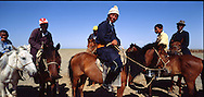 Mongolia. small naadam; wrestling  Durgun Nuur Lake      / Petit naadam lutte   Durgun Nuur Lake  Mongolie 6. Avant d'entrer dans l'arène. / petit naadam; lutte Près du lac de DURGUN, le 17 juillet 1992 . les spectateurs qui, juchés sur leur monture ou assis par terre, ne laissent rien échapper du spectacle.