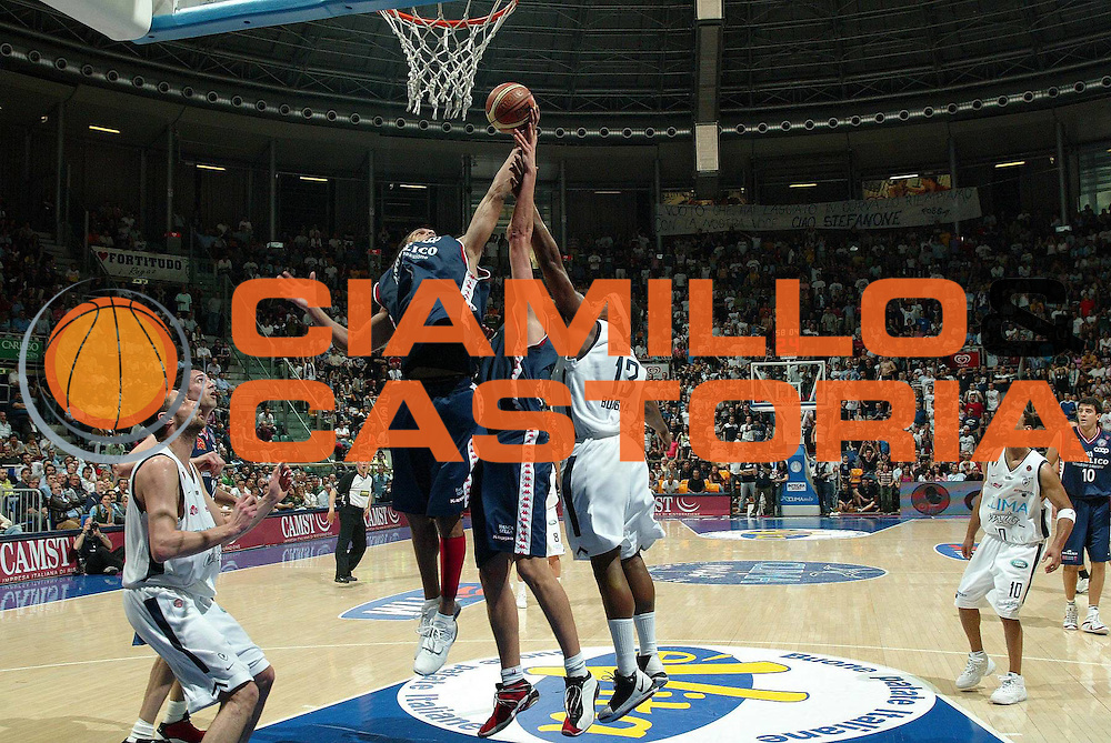 DESCRIZIONE : Bologna Lega A1 2005-06 Play Off Quarti Finale Gara 1 Climamio Fortitudo Bologna Angelico Biella <br /> GIOCATORE : Williams Watson <br /> SQUADRA : Climamio Fortitudo Bologna <br /> EVENTO : Campionato Lega A1 2005-2006 Play Off Quarti Finale Gara 1 <br /> GARA : Climamio Fortitudo Bologna Angelico Biella <br /> DATA : 18/05/2006 <br /> CATEGORIA : Rimbalzo <br /> SPORT : Pallacanestro <br /> AUTORE : Agenzia Ciamillo-Castoria/G.Livaldi <br /> Galleria : Lega Basket A1 2005-2006 <br /> Fotonotizia : Bologna Campionato Italiano Lega A1 2005-2006 Play Off Quarti Finale Gara 1 Climamio Fortitudo Bologna Angelico Biella <br /> Predefinita :