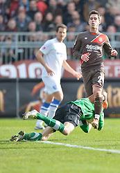 Football: Germany, 2. Bundesliga, 15.02.2014<br />Andreas Luthe (VfL Bochum, #1) a second befor Fin Bartels (FC St. Pauli, #22)<br />&Acirc;&copy; pixathlon