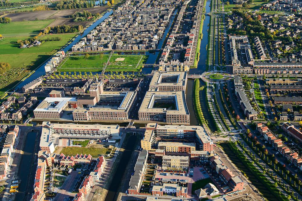 Nederland, Utrecht, Amersfoort, 24-10-2013; de wijk Vathorst, deelplan De Laak.Het stedenbouwkundig plan (van de stedebouwkundigen West8 met Adriaan Geuze ). Grachtenstad. Wateringkade (rechts).<br /> New housing district Vathorst in Amersfoort, the urban plan of this Canal City, is based on canals with canal house-style houses. Developed by the urban development agency West8, Adriaan Geuze.<br /> luchtfoto (toeslag op standaard tarieven);<br /> aerial photo (additional fee required);<br /> copyright foto/photo Siebe Swart.