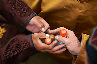 Mongolia, province de Bulgan, fete du Naadam, tabatiere avec bouchon en corail // Mongolia, Bulgan province, Naadam festival, tobacco box with coral cap