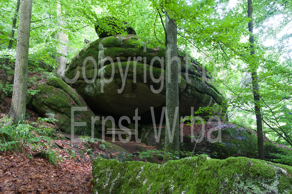 Felsengruppe genannt Froschmaul mit Bank, Wollsackfelsen, Granit, Schlosspark Falkenstein, Falkenstein, Vorderer Bayerischer Wald, Bayern, Deutschland | group of rocks called frog mouth, granite, castle gardens Falkenstein, Falkenstein, Bavarian Forest, Bavaria, Germany