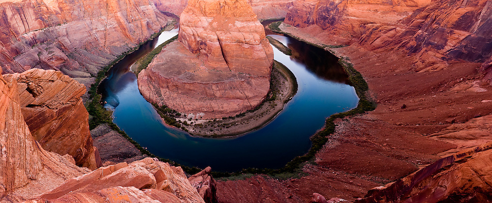 Near the town of Page, on the state of Arizona, the Colorado River does a strange bend, in the shape of a horseshoe
