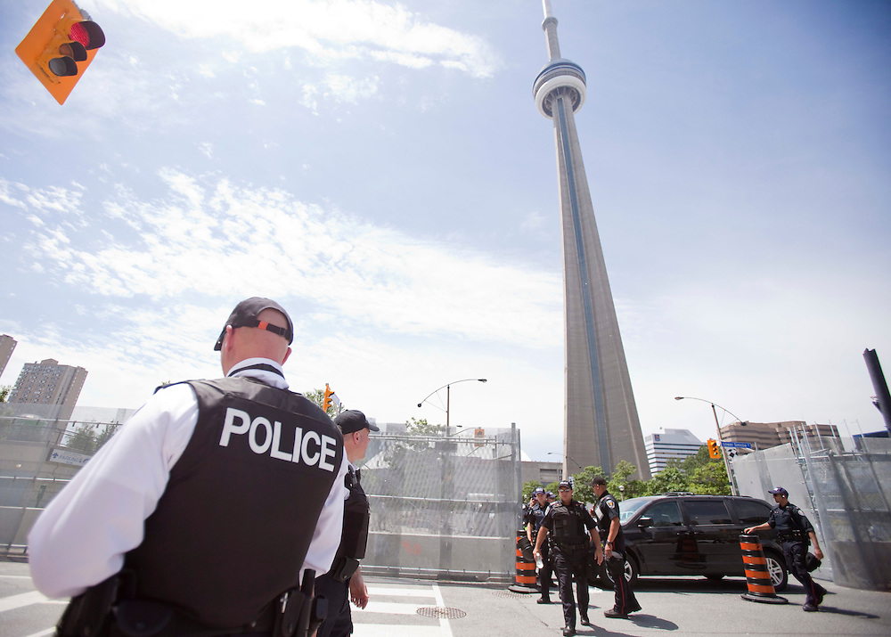 Police secure the area around the CN Tower in Toronto, June 23, 2010. Thousands of police from all across Canada have been brought into downtown Toronto to handle security for the G20 this weekend. <br /> AFP/GEOFF ROBINS/STR