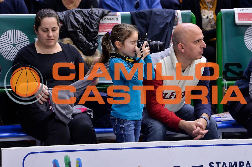 DESCRIZIONE : Campionato 2015/16 Serie A Beko Dinamo Banco di Sardegna Sassari - Dolomiti Energia Trento<br /> GIOCATORE : Fotografo Bimbo<br /> CATEGORIA : Tifosi Pubblico Spettatori Curiosit&agrave;<br /> SQUADRA : Dinamo Banco di Sardegna Sassari<br /> EVENTO : LegaBasket Serie A Beko 2015/2016<br /> GARA : Dinamo Banco di Sardegna Sassari - Dolomiti Energia Trento<br /> DATA : 06/12/2015<br /> SPORT : Pallacanestro <br /> AUTORE : Agenzia Ciamillo-Castoria/L.Canu