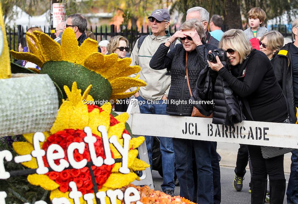 1月2日, 在加州帕萨迪纳市, 成千上万的观众前往参观第127玫瑰花车展覧。每年萨迪纳市的玫瑰花车游行过后, 主办单位都把参与游行玫瑰花车向公众展示, 让民众近距离观赏。新华社发 (赵汉荣摄)<br /> Thousands floats viewers  take an up-close look at the floats during the 127th Rose Parade's Showcase of Floats on Saturday, January 2, 2016 in Pasadena, California, the United States. (Xinhua/Zhao Hanrong)(Photo by Ringo Chiu/PHOTOFORMULA.com)<br /> <br /> Usage Notes: This content is intended for editorial use only. For other uses, additional clearances may be required.
