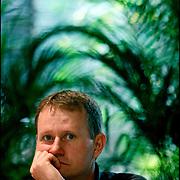 """LEONARDO WILD / NOVELISTA Y ENSAYISTA NORTEAMERICANO<br /> Caracas - Venezuela 2008<br /> (Copyright © Aaron Sosa)<br /> <br /> Novelista y ensayista. Ha publicado cerca de 200 artículos en varias revistas: Crítica Literaria en Eskeletra y el Suplemento """"Cultural"""" del diario La Hora; ensayos sobre diversas temáticas para las páginas de Medio Ambiente y Ciencia en la revista Semanal (del mismo diario); artículos varios para: Ciudad Alternativa (de la """"Fundación Ciudad""""), Estudios Ecuatorianos (de la Facultad de Ciencias Humanas de la PUCE), Diners, Gestión, Finis Terrae (Boletín de la Asociación Gallega de Ciencia Ficción de España). Su narrativa incursiona en múltiples categorías literarias: ciencia ficción, aventura, aventura fantástica, novela policíaca. Escribe tanto en inglés como en castellano."""