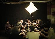 Kunstenaars eten gezamenlijk. compositie als de aardappeleters van Vincent van Gogh. IT's enschede.