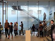 Nederland, Den Haag, 8-2-2015 Museum Het Mauritshuis wordt druk bezocht door mensen uit binnen en buitenland. Ook veel uit china en japan, azie. Publiekstrekkers zijn Het meisje met de parel van Johannes Vermeer en de stier van Paulus Potter. Ook het puttertje trekt veel belangstelling. FOTO: FLIP FRANSSEN/ HOLLANDSE HOOGTE