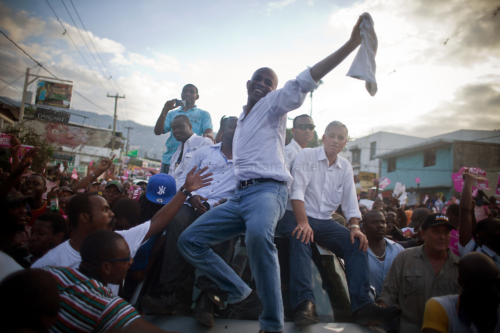The presidential election in Haiti takes a bad way with fraud suspicions and troubles from some supporters in polling stations./// Michel Martelly (C), candidate for the presidential election, demonstrate with the singer Wyclef Jean (L) and Charles-Henry Becker, another candidate, 28 november 2010 in the streets of Port-au-Prince, with their supporters, to protest against the fraud during the vote and to ask for the cancellation of the poll.