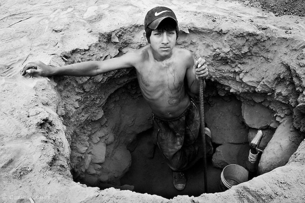 UNA JOVEN TRABAJA CAVANDO UN CILO PARA SU VIIENDA  EN EL ASENTAMIENTO HUMANO SANTA ROSA, DEL DISTRITO DE SAN ANTONIO, PROVINCIA DE HUAROCHIRI.