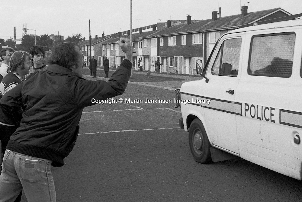 Striking miner vents his anger at police in Rossington, 1984 Miners Strike. Oct 1984...&copy; Martin Jenkinson<br /> email martin@pressphotos.co.uk. Copyright Designs &amp; Patents Act 1988, moral rights asserted credit required. No part of this photo to be stored, reproduced, manipulated or transmitted to third parties by any means without prior written permission.