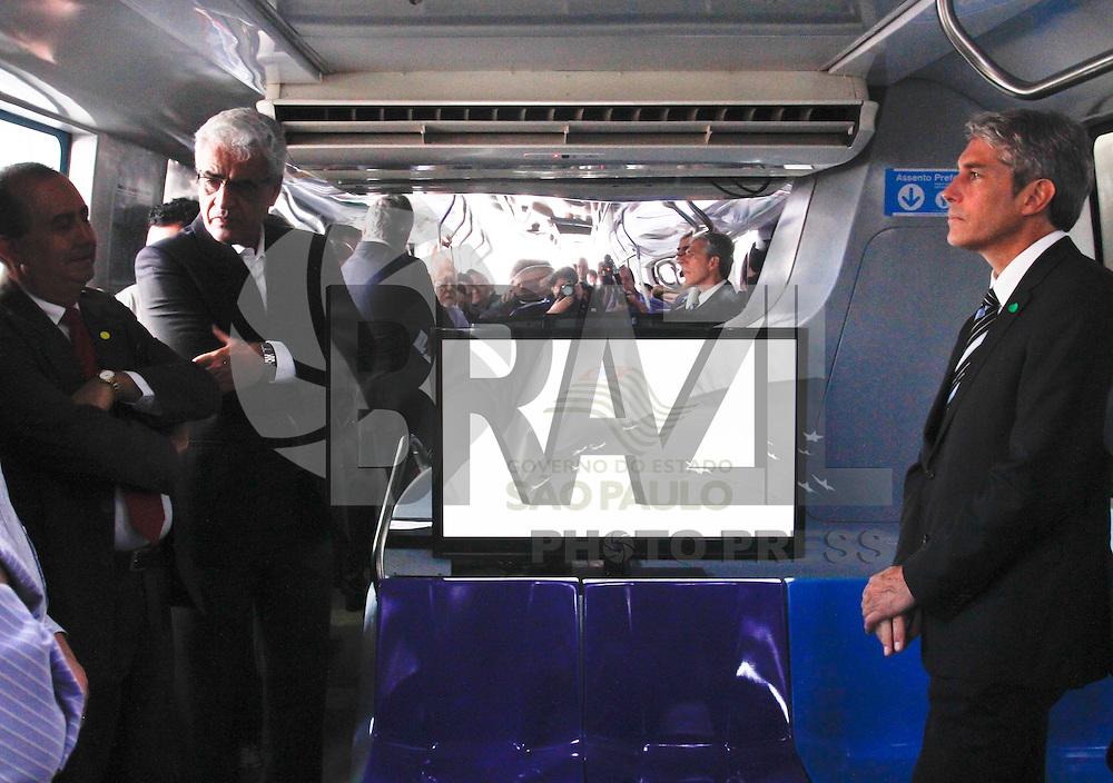 SÃO PAULO,SP,16 AGOSTO 2012 - MAQUETE MONOTRILHO - O secretario de transportes Jurandir Fernandes esteve na manhã desta quinta feiras na abertura da exposiçõa da maquete em tamanho real do monotrilho na Vila Prudente zona leste.FOTO ALE VIANNA /BRAZIL PHOTO PRESS.