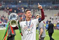 FUSSBALL EURO 2016 FINALE IN PARIS  Portugal - Frankreich          10.07.2016 Ehrenrunde: Cristiano Ronaldo (Portugal) jubelt mit dem Pokal