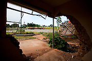 Nepomuceno_MG, Brasil...Vista de uma rodovia dentro de uma construcao abandonada em Nepomuceno...The view of highway inside a abandoned construction in Nepomuceno...Foto: LEO DRUMOND / NITRO.....