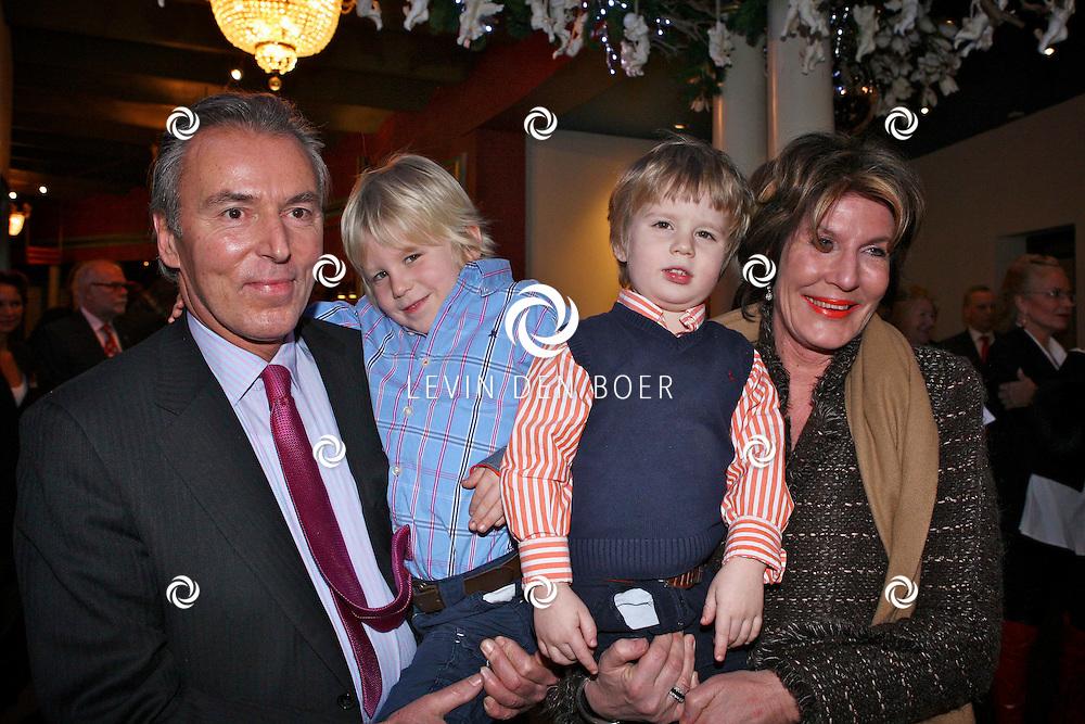 AMSTERDAM - Eelco en Janneke Brinkman met kleinkinderen met kinderen donderdagavond bij aankomst voor de premiere van het WereldKerstCircus in Carre in Amsterdam. FOTO LEVIN DEN BOER - PERSFOTO.NU