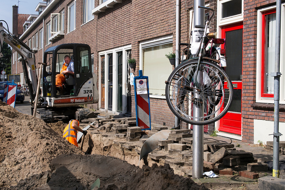 In de Leliestraat in Utrecht hangen fietsen hoger in de lantaarnpaal zodat de graafwerkzaamheden voor de riolering uitgevoerd kunnen worden.<br /> <br /> In Leliestraat in Utrecht bicycles are hanging higher in the lamppost so that the excavation work for drainage can be done.