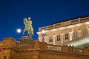 Reiterdenkmal vor Albertina bei Dämmerung, Wien, Österreich.|.Albertina at night, Vienna, Austria
