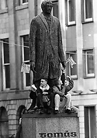 American President Bill Clinton addresses the crowd outside The Bank of Ireland In College Green, Dublin, onlookers sit on top the Thomas Osborne Davis (Tomás Táibis) statue, 01/12/1995. (Part of the Independent Newspapers Ireland/NLI Collection).