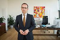29 APR 2014, BERLIN/GERMANY:<br /> Heiko Maas, SPD, Bundesminister fuer Justiz und Verbraucherschutz, in seinem Buero, Bundesministerium fuer Justiz und Verbraucherschutz<br /> IMAGE: 20140429-01-025<br /> KEYWORDS: Büro, Bundesjustizminister