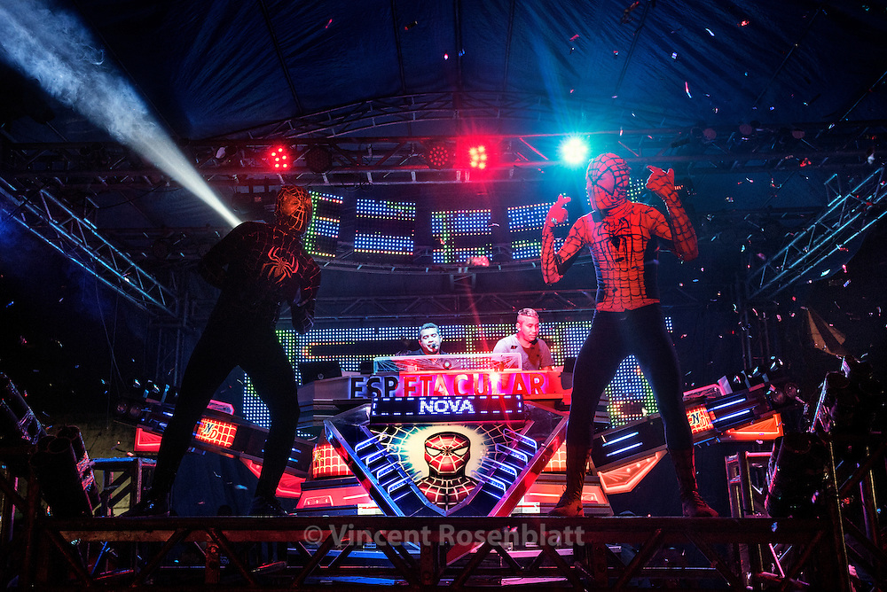 """Nova Dimensão - o Espetacular"" is a medium sized soundsystem from Sacramenta district. The new version of the machine  is based on Spiderman esthethic. And it's show includes the performance of two ""treme"" dancers dressed as the super heroes."