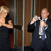 NLD/Hilversum/20061003 - 1e Tryout concert Rene Froger, beveiliger Frank Schmitt neem teen foto