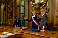 Gerard Collomb est r&eacute;&eacute;lu sans surprise au poste de maire de Lyon, un mois apr&egrave;s sa d&eacute;mission du minist&egrave;re de l'Int&eacute;rieur<br /> L'ancien ministre de l'Interieur&nbsp;a recueilli 41 voix sur 73 lors d&rsquo;un vote au conseil municipal.<br /> Son pr&eacute;decesseur, Georges Kepen&eacute;kian, avait d&eacute;missionn&eacute; pour lui laisser sa place apr&egrave;s&nbsp;le d&eacute;part du gouvernement&nbsp;de l&rsquo;ancien ministre de l&rsquo;Int&eacute;rieur, le 2 octobre.<br /> La r&eacute;&eacute;lection de Gerard Collomb ne faisait aucun doute, car son camp d&eacute;tient la majorit&eacute; des si&egrave;ges au conseil municipal.&nbsp;<br /> <br /> G&eacute;rard Collomb a d&eacute;j&agrave; &eacute;t&eacute; maire de Lyon, de mars 2001 &agrave; juillet 2017<br /> Gerard Collomb is re-elected unsurprisingly as mayor of Lyon, a month after his resignation from the Ministry of the Interior<br /> The former Interior Minister collected 41 votes on 73, during vote to the City Council.<br /> His predecessor, Georges Kepen&eacute;kian, had resigned to leave him his place after the departure of the government of the former Minister of the Interior, October 2.<br /> Gerard Collomb's re-election made no doubt, because his camp detains the majority of the seats on the city council.<br /> G&eacute;rard Collomb was already mayor of Lyon, from March 2001 to July 2017