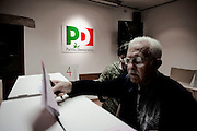 ROMA. UN CITTADINO DOPO AVER VOTATO INSERISCE LA SCHEDA ELETTORALE NELL'URNA IN OCCASIONE DELLE PRIMARIE DEL PARTITO DEMOCRATICO