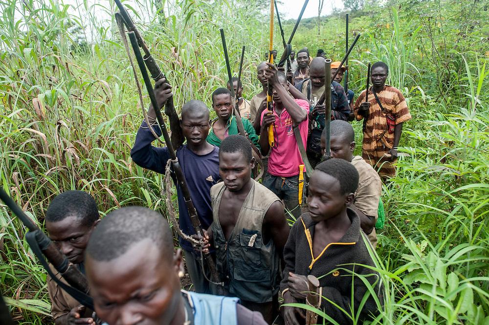 29/09/2013. Bossangoa. Republique Centrafricaine. Rencontre en brousse avec les Anti-Balaka, groupe civil d'autodéfense qui combattent la ex-Seleka. Ce groupe est formé de civils, la plupart agriculteurs, qui se sont réfugiés dans la brousse après les attaques répétées des ex-Seleka. Ils ont armés de fusils et pistolets de fabrication artisanale. ©Sylvain Cherkaoui/Cosmos