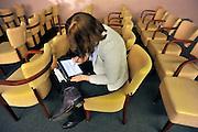 Nederland, Nijmegen, 15-3-2012Bezoeker van een congres, congresganger, maakt aantekeningen op een tablet, Ipad.Foto: Flip Franssen/Hollandse Hoogte