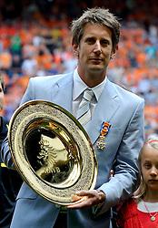 05-06-2010 VOETBAL: NEDERLAND - HONGARIJE: AMSTERDAM<br /> Nederland wint met 6-1 van Hongarije / Edwin van de Sar wordt als officier van Oranje nassau geridderd <br /> ©2010-WWW.FOTOHOOGENDOORN.NL
