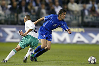 Fotball<br /> Kvalifisering til EM 2004<br /> 12.10.2003<br /> Hellas v Nord Irland<br /> Foto: Digitalsport<br /> Norway Only<br /> <br /> FOOTBALL - EURO 2004 - QUALIFICATIONS - GROUP 6 - GREECE v NORTH IRELAND - 031011 - ZISSIS VRYZAS (GRE) / DEFFREY WHITLEY (IRE) - PHOTO JEAN MARIE HERVIO