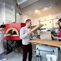 Nederland, Amsterdam , 20 maart 2013.<br /> Il Sogno, The Italian Conceptstore is een allround Italië-ervaring met o.a. Italiaanse kunst, boeken en delicatessen en pizza.<br /> Op de foto Daan en Nikki Lawalata. Geheel links  pizzabakker Django.<br /> Foto:Jean-Pierre Jans