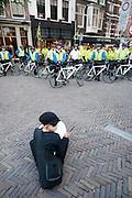 Naar aanleiding van het politiegeweld bij de 1 mei demonstratie wordt bij het stadhuis in Utrecht een protestactie gehouden tegen het politie-optreden tegen linkse activisten.<br /> <br /> As a result of the police violence at the 1st May demonstration a protest is organized at the town hall of Utrecht against the violence against the left wing activists.