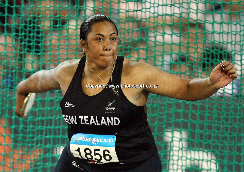 Beatrice Faumuina competes in the Women's Discus Final on Day 6 of the XVIII Commonwealth Games at the MCG, Melbourne, Australia on Tuesday 21 March, 2006. Photo: Hannah Johnston/PHOTOSPORT