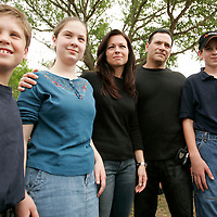 Suzanne Vitadamo (C) poses with her husband Michael Vitadamo for a photo with three of the children arrested yesterday for attempting to bring her sister Terri Schiavo water, from (L to R) Gabriel Keys, 11, Josie Keys, 14, and Cameron Keys, 12, in front of the Woodside Hospice on March 24, 2005 in Pinellas Park, Florida. Suzanne was out thanking her sisters supporters. REUTERS/Scott Audette