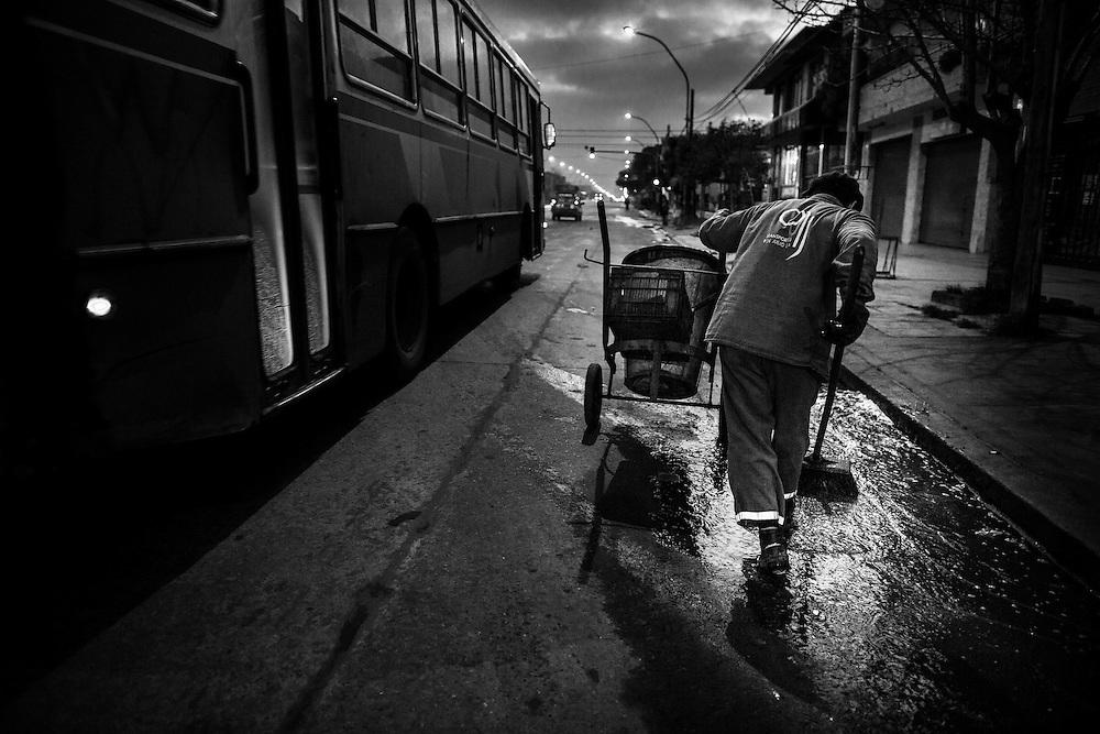 """Desde el año 1987 a la actualidad, Luis Lazarte cumple su labor diaria como """"barrendero"""" (recolector de residuos) en la ciudad de Mar del Plata, su ciudad natal, ubicada en la Provincia de Buenos Aires, Argentina.<br /> Su jornada laboral, comienza a las 5am y finaliza alrededor de las 12am, cuando el boxeador regresa a su casa solo por unas horas para almorzar y estar con su mujer e hija menor. A las 4pm, se dirige al gimnasio de box para realizar su entrenamiento deportivo diario hasta las 8pm."""