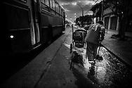 Desde el a&ntilde;o 1987 a la actualidad, Luis Lazarte cumple su labor diaria como &quot;barrendero&quot; (recolector de residuos) en la ciudad de Mar del Plata, su ciudad natal, ubicada en la Provincia de Buenos Aires, Argentina.<br /> Su jornada laboral, comienza a las 5am y finaliza alrededor de las 12am, cuando el boxeador regresa a su casa solo por unas horas para almorzar y estar con su mujer e hija menor. A las 4pm, se dirige al gimnasio de box para realizar su entrenamiento deportivo diario hasta las 8pm.