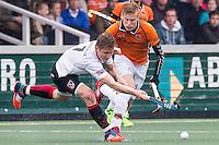 AMSTERDAM - Amsterdam - Oranje Zwart , Wagener Stadion , Hockey , Play-off hoofdklasse hockey heren , 03-05-2015 , Amsterdam speler Jan Willem Buissant (l) in duel met Joep de Mol (r)