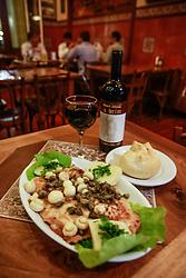 Filé de Linguado a Gambrinus. O Restaurante Gambrinus é considerado o estabelecimento mais antigo de Porto Alegre, com 120 anos de idade. A casa oferece a mais tradicional culinária portuguesa. Localizado no Mercado Público da cidade, o Gambrinus dispõe de um vasto cardápio de frutos do mar, como filé de congrio e linguado ao molho de camarão, além de filé de salmão com alcaparras e champignon. Também são servidos pratos com carnes e pratos típicos da região, bolinhos de bacalhau e petiscos variados. FOTO: Jefferson Bernardes/ Agência Preview