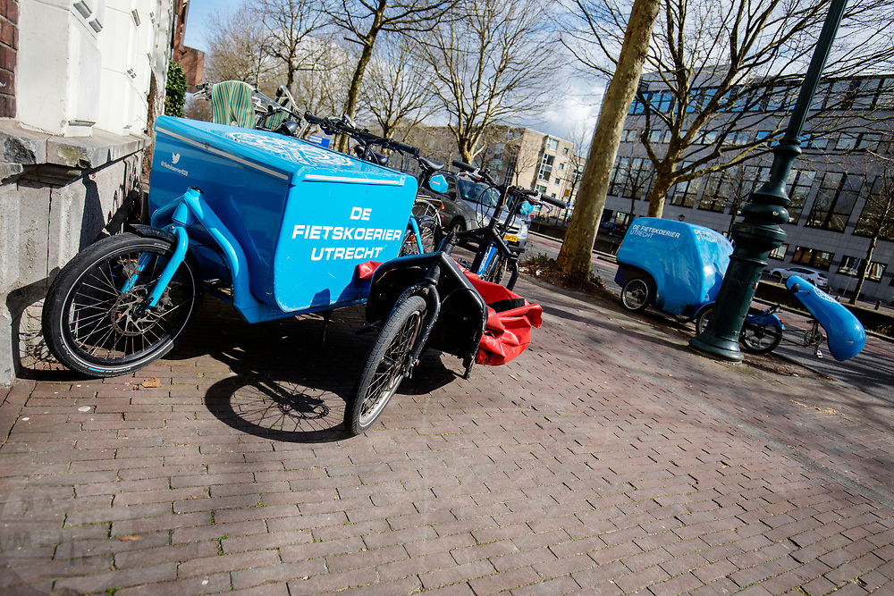 In Utrecht staan verschillende bakfietsen voor de deur bij de Fietskoerier Utrecht.<br /> <br /> A diversity of cargo bikes is parked in front of the bike messenger service De Fietskoerier in Utrecht.