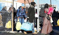 11.02.2016, Spielfeld, AUT, Flüchtlingskrise, Sammelzentrum Spielfeld, im Bild Migranten und Flüchtlinge warten auf Einlass in das Sammelzentrum // Migrants and refugees are waiting for entrance at the refugees camp in Spielfeld, Austria on 2016/02/11, EXPA Pictures © 2016, PhotoCredit: EXPA/ Erwin Scheriau