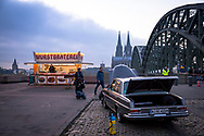filmset for the TV crime series Tatort with sausage roastery at the Hohenzollern bridge in Deutz, view to the cathedral, Cologne, Germany.<br /> <br /> Dreharbeiten zu einem Koelner Tatort [ARD Krimiserie] an der Hohenzollernbruecke in Deutz, Wurstbraterei, Blick zum Dom, Koeln, Deutschland.